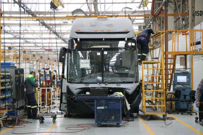 RTP vigila el armado de las 18 unidades articuladas que Volvo les entregará en marzo.