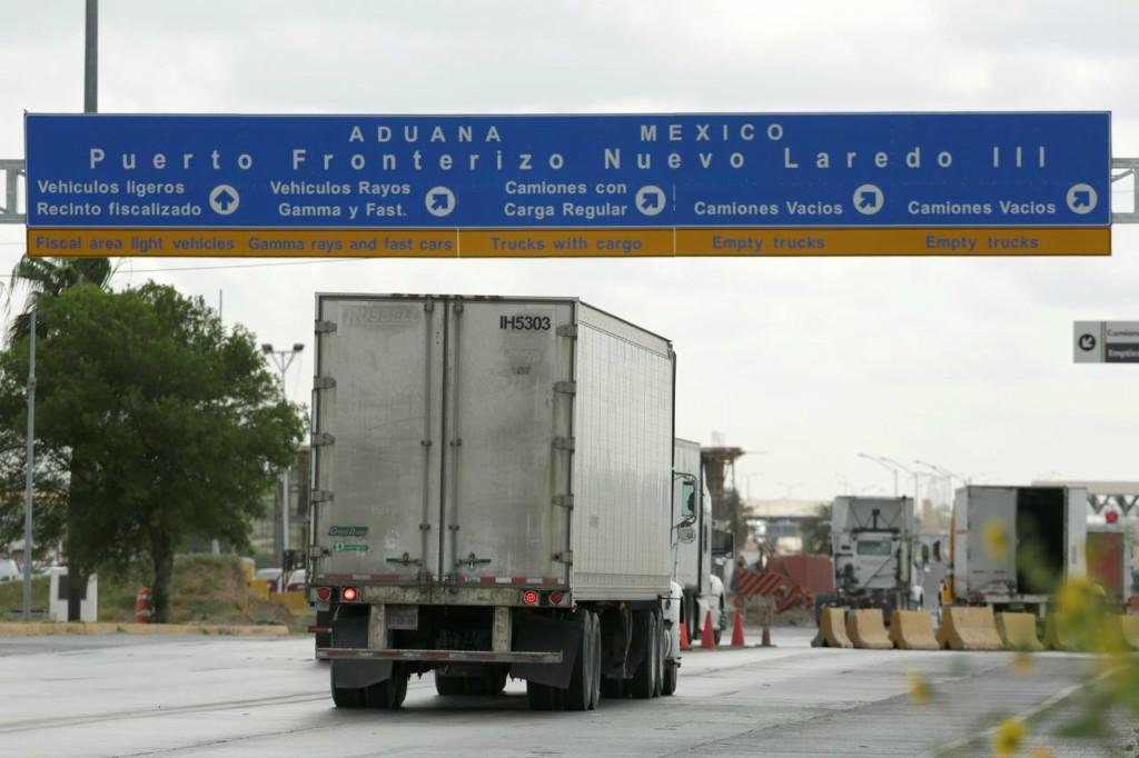 Estados Unidos no cerrará su frontera con México, pero habrá restricciones.