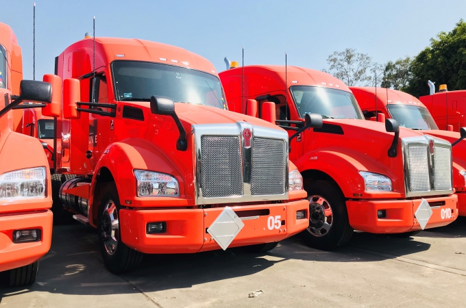 Corporativo UNNE recibe 100 unidades Kenworth
