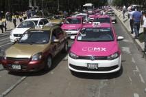 MÉXICO, D.F., 25MAYO2015.-  Taxistas de la Ciudad de México realizaron bloqueos en diversos puntos de la ciudad para exigir el retiro de taxis privado Uber, Cabify y los taxis piratas. Personal de la SSP-DF les impidieron el paso frente al palacio de Bellas Artes. FOTO: SAÚL LÓPEZ /CUARTOSCURO.COM