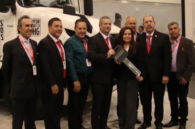 Volvo Trucks dona un VNR 400 al Conalep